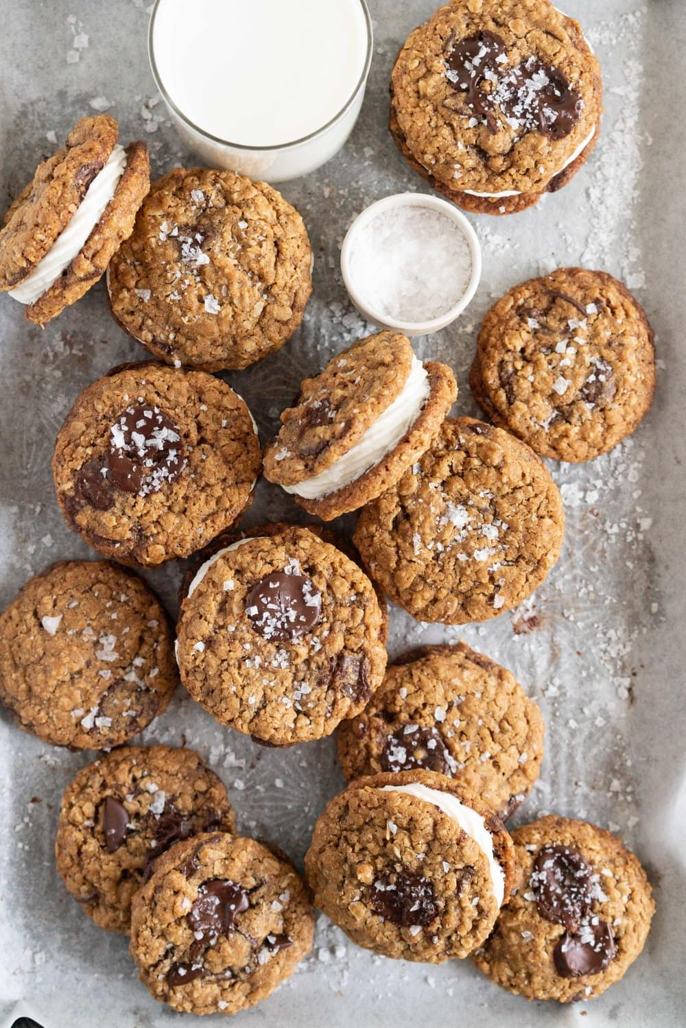 Oatmeal Chocolate Chunk Sandwich Cookies with Mascarpone Filling. Chewy Oatmeal Chocolate Chunk Cookies are filled with a smooth mascarpone filling. A sandwich cookie take on a classic favourite. #oatmealcookie #cookiesandwich