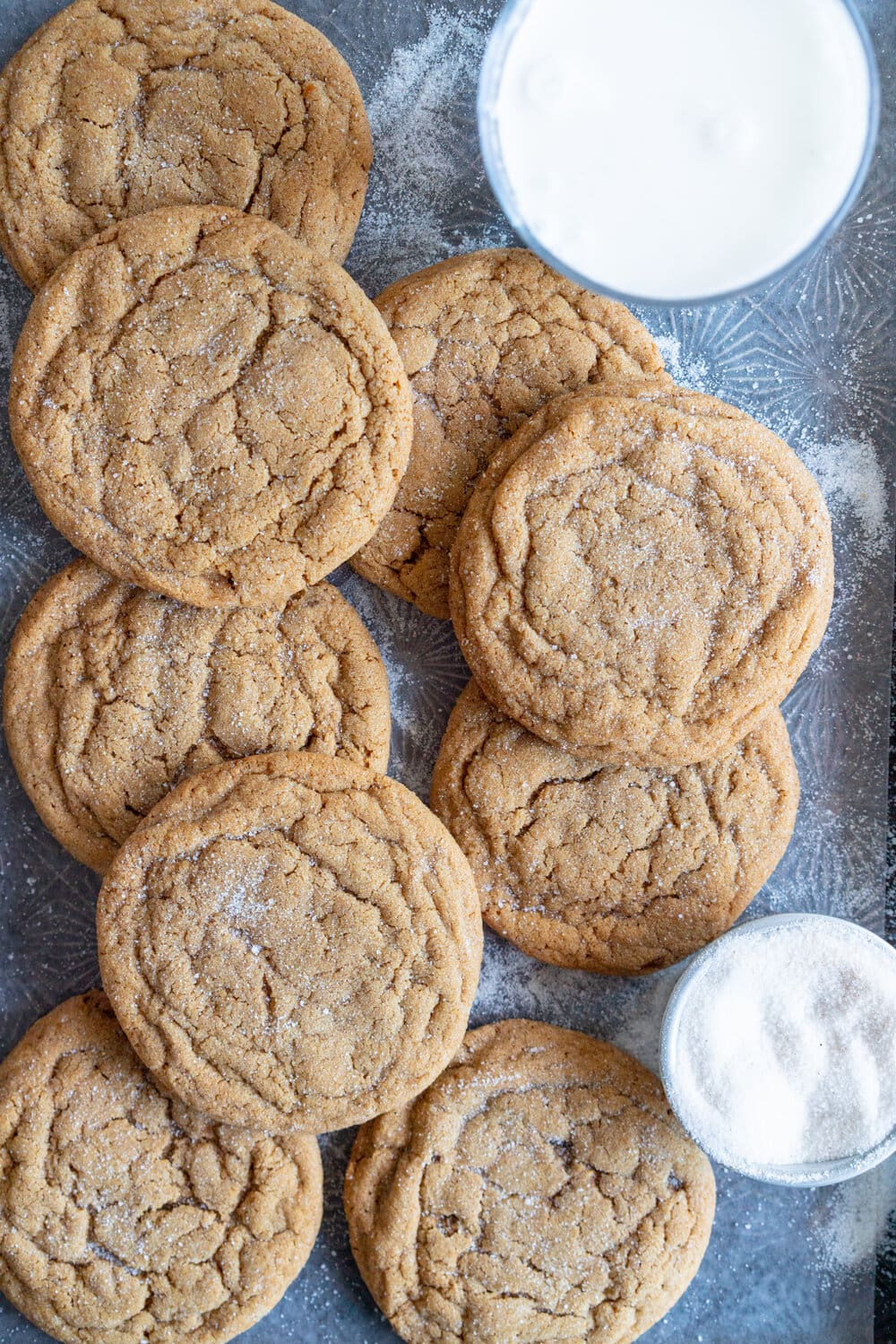 Ginger Molasses Sugar Cookies - soft and chewy ginger molasses sugar cookies, which come together super quickly and are the perfect seasonal cookie. #gingermolassescookie #softgingercookie
